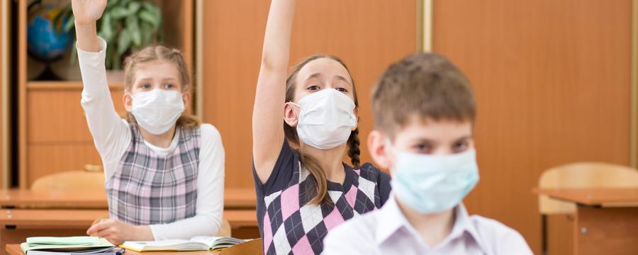 Schüler mit Mundschutz