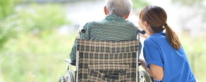 Pflegerin mit älterem Mann