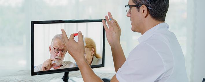 Arzt betreut Patienten am Computer