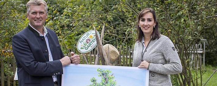 """Pressegespräch zu """"Natur im Garten"""" in Salzburg im Bild: Josef Wesenauer (Obmann Salzburger Landesverband für Obstbau, Garten- und Landschaftspflege) mit Landesrätin Maria Hutter"""