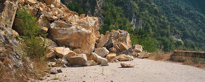 Steinschlag auf einer Straße
