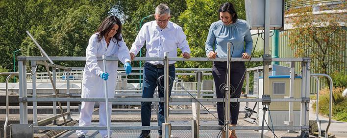 """Bundesministerin Elisabeth Köstinger (rechts) besuchte mit Salzburgs Landesrat Josef Schwaiger im Rahmen des Forschungsprojekts """"Coron-A"""" die Salzburger Kläranlage Siggerwiesen."""
