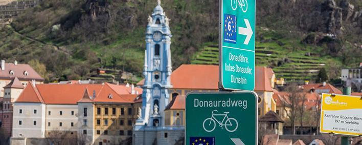 Radweg-Hinweisschilder in Dürnstein