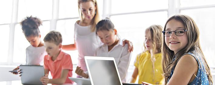 Schüler mit Laptops