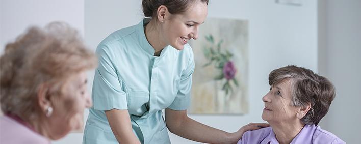 Pflegerin mit zwei Frauen