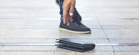 Mann hebt Geldbörse auf