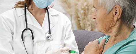 ältere Frau wird geimpft