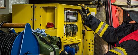 Feuerwehrmann mit Notstromaggregat