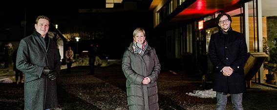 Landesrat Stefan Kaineder (links) mit der Bürgermeisterin von Steinbach am Attersee, Nicole Eder und dem Astrophysiker Stefan Wallner, der die Gemeinden und den Naturpark wissenschaftlich am Weg zur Sternenpark-Region begleitet.