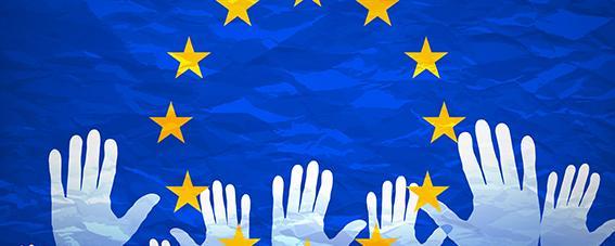 Hände auf der Europa-Flagge