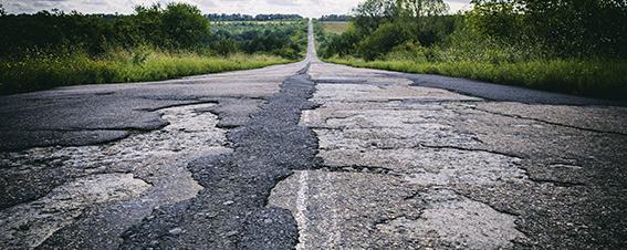Straße in schlechtem Zustand