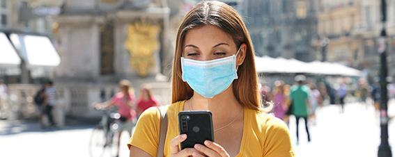 Frau mit Nasen-Mund-Schutz am Graben in Wien