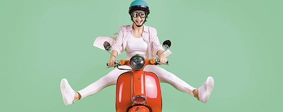Frau auf einem Moped