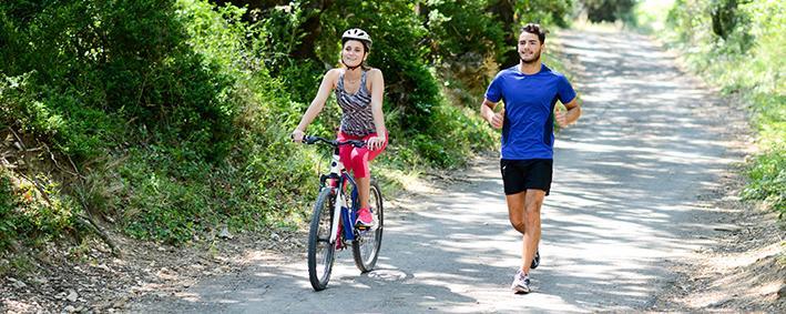 Radfahrerin und Jogger