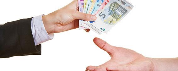 Geldscheine in die Hand geben