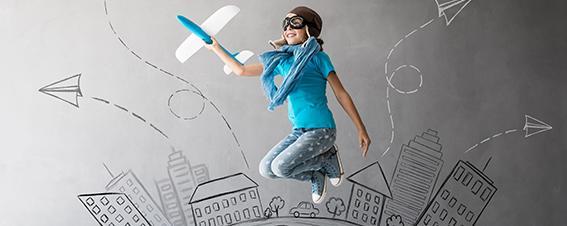 Springende Person mit Papierflugzeug