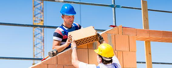 Maurer mauern Wand auf Baustelle