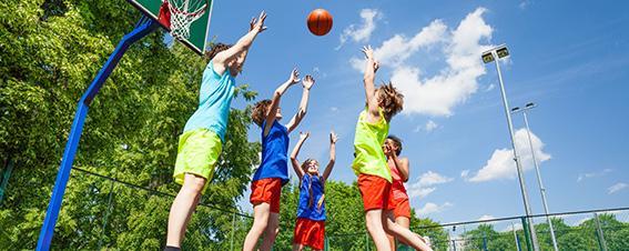 Jugendliche spielen Basketball