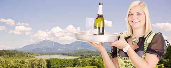 Kellnerin mit Weinflasche