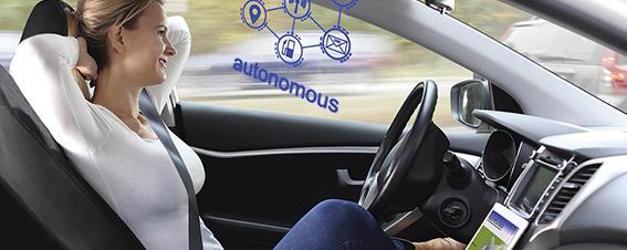 Frau in einem selbstfahrenden Auto