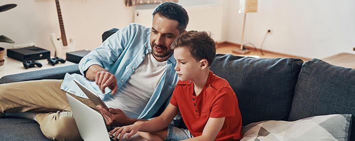 Mann unterrichtet Kind zuhause
