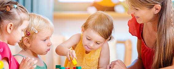 Kindergartenkinder mit Betreuerin