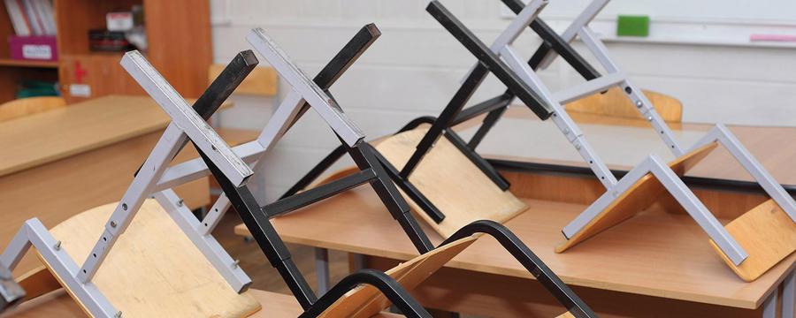 Stühle auf Schulbänken in der Schule