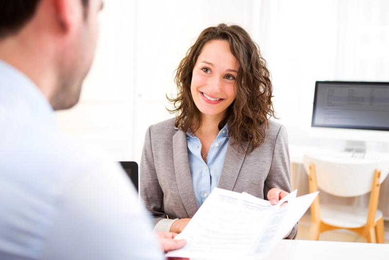 Frau bei einem Bewerbungsgespräch