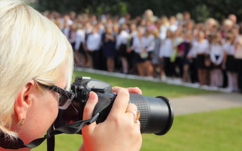 Frau fotografiert bei einer Veranstaltung | Tema Datenschutz