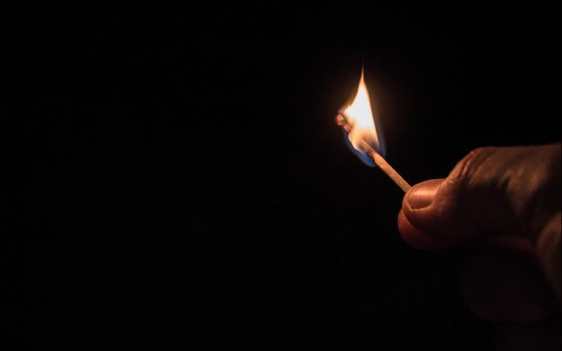 Entzünden einer Kerze bei einem Stromausfall