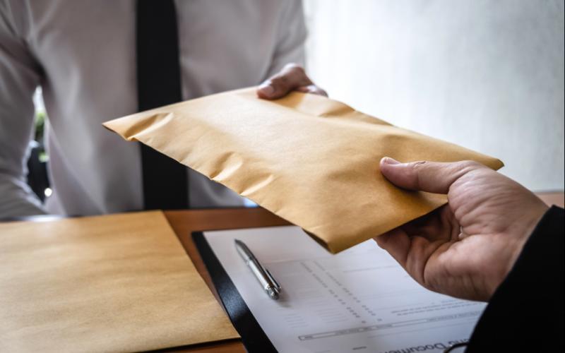 Übergabe eines Kuverts mit Bestechungsgeld