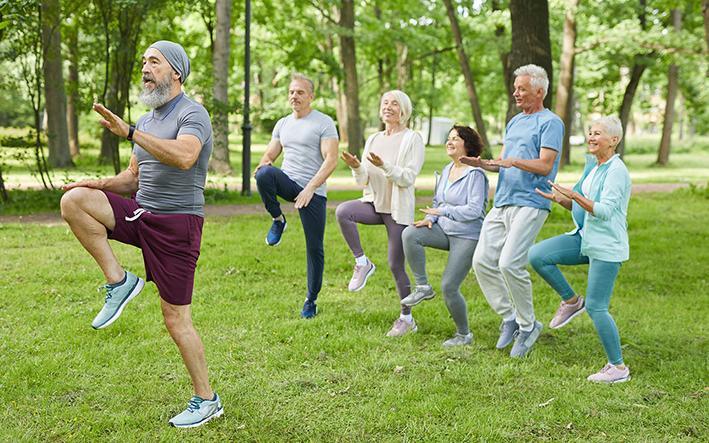 Menschen unterschiedlicher Generationen beim Sport im Freien