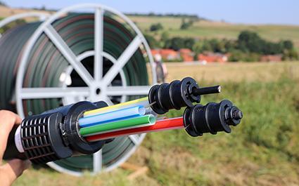 Symbolfoto zum Thema Breitbandausbau mit Modell eines Breitbandkabels