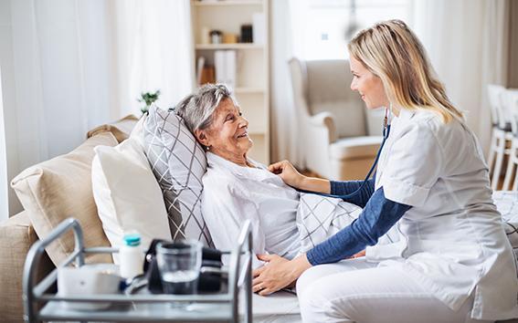 Pflegerin mit Patientin.