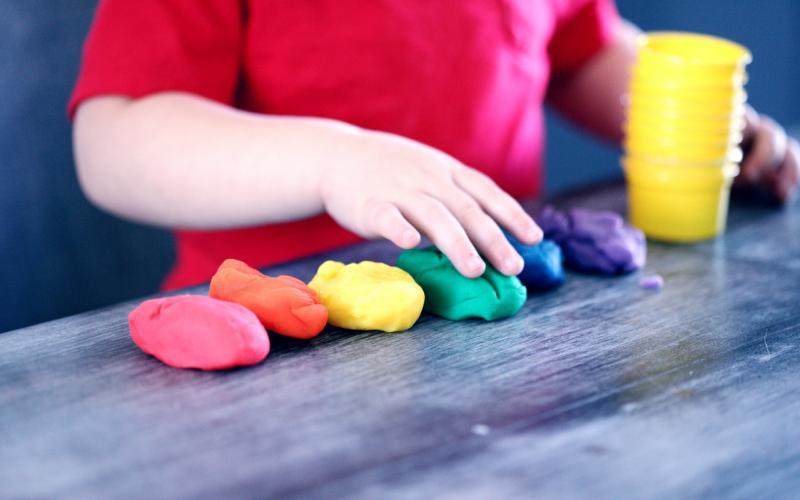 Kinderhände spielen in der Betreuung