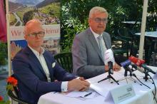 Paul Unterhuber, Chef von Demox Research, und Gemeindebund-Präsident Alfred Riedl präsentierten die Bürgermeisterumfrage im Wiener Volksgarten.