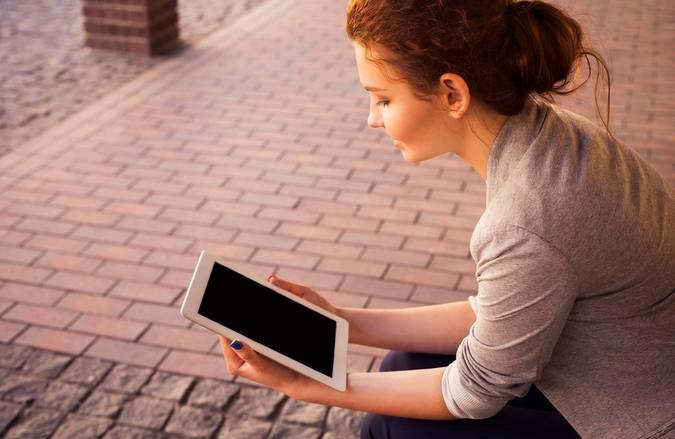 Big woman reading tablet   unsplash.com    annademy