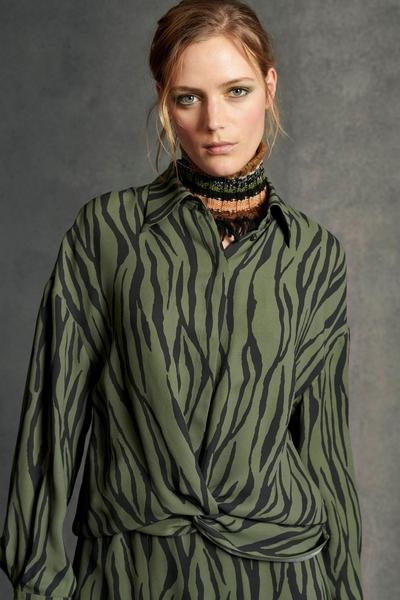 Bluse mit Exotic-Animal-Print, green