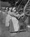 Arbeiterinnen stanzen in einer H. J. Heinz Konserven-Fabrik Verschlussscheiben aus.