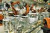Roboter arbeiten an einer Karosserie im BMW Werk Leipzig.