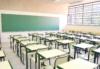 Ein leerer Klassenraum mit grüner Tafel und veralteter Einrichtung