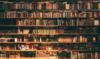Blick auf ein großes Bücherregal mit sehr vielen Büchern.