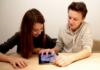 Ein Mädchen und ein Junge sitzen vor einem Tablet, sie Lernen digital.