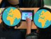 """Arbeit mit einem Tablet zum Thema """"Phasen des Zweiten Weltkriegs"""". Die Gesichter der Kinder sind aus Datenschutzgründen von Stickern in Form eines Globus überlagert."""