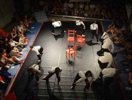 Die SchülerInnen nutzen den Raum für ihr Theaterstück, Foto: Marie Goss