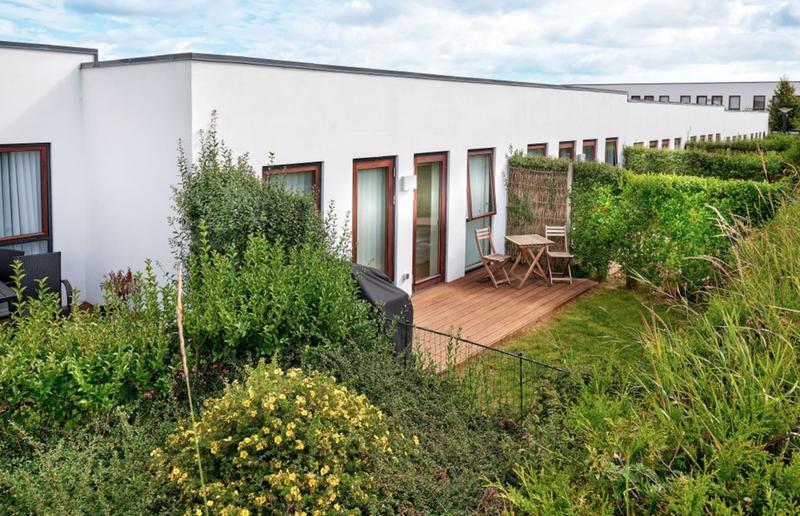 Værelse med udgang til terrasse og have i naturskønne omgivelser