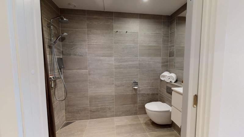 Vores One-bedroom lejlighed (65 m2) har separat soveværelse med en kingsize luksusseng med danskproduceret kvalitetsmadras. Der er fuldt udstyret køkken i et køkken-alle-rum med spisepladser og sofa.