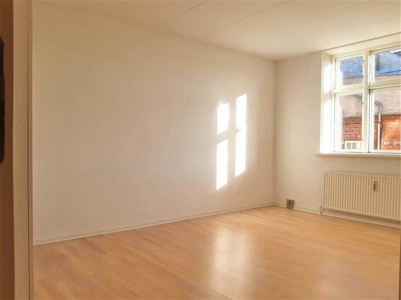 Flot og lys 3-værelses lejlighed i Aalborgs historiske bymidte!