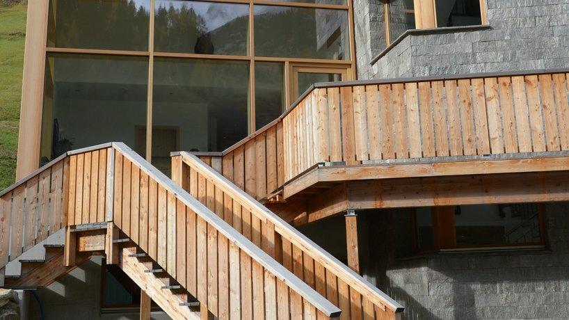 Aussenansicht Glas-Stein-Holz