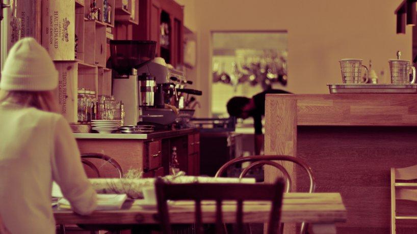 Nachmittags Studien beim Kaffee